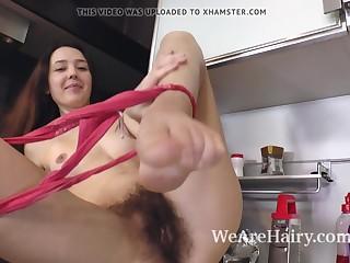 Ленка из Москвы показывает волосатую пизду